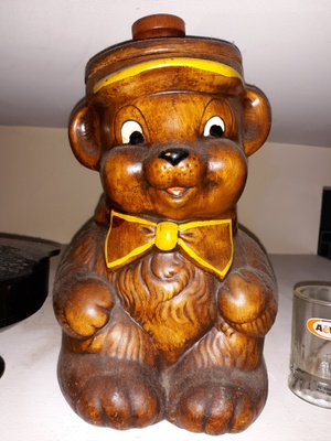 Ceramic cookie jar shaped like a bear.