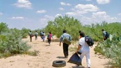 Gente cruzando el desierto