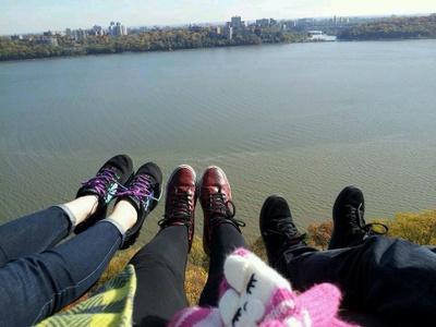 古语有云:饮水思源。2014年11月,我和朋友决定去纽约水源出处,著名的CATSKILLS走走看。结果那是我一生中爬过最长时间的山,我们一共爬了7个小时。而这双鞋子(中)陪我和朋友们爬到山顶后,照的照片。脚下是Hudson River哈得逊河。